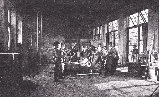 Gjutning i Otto Meyers regi i kvarteret Klippan på Östermalm. Här gjuts Carl XI av J. Börjeson. Möjligen år 1893. Ljuskopia efter bild i Svenska Slöjdföreningens Tidskrift 1907.