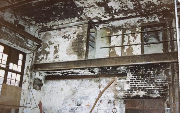 300 30 - Förfallet gjuteri balkong