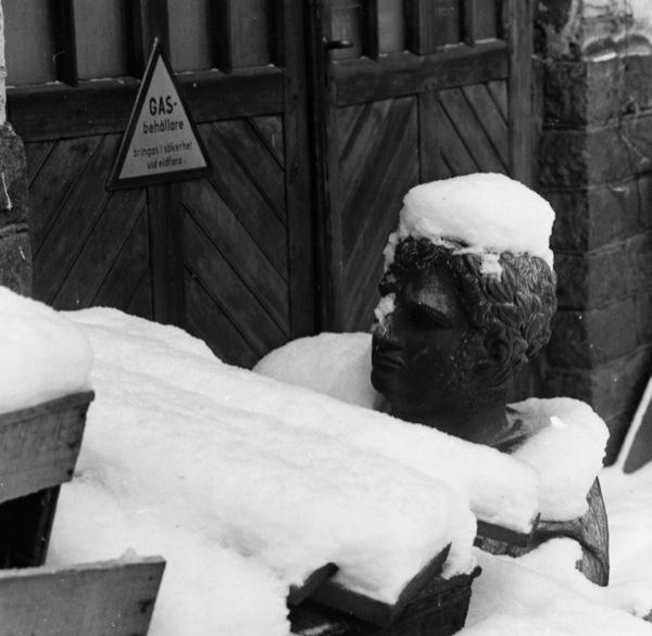 501 - Statyhuvud under snö utomhus, SSM kopia