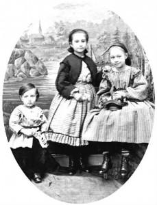 Ateljébild ca 1855: Otto med sina systrar. Fotot hos Olle Meyer.