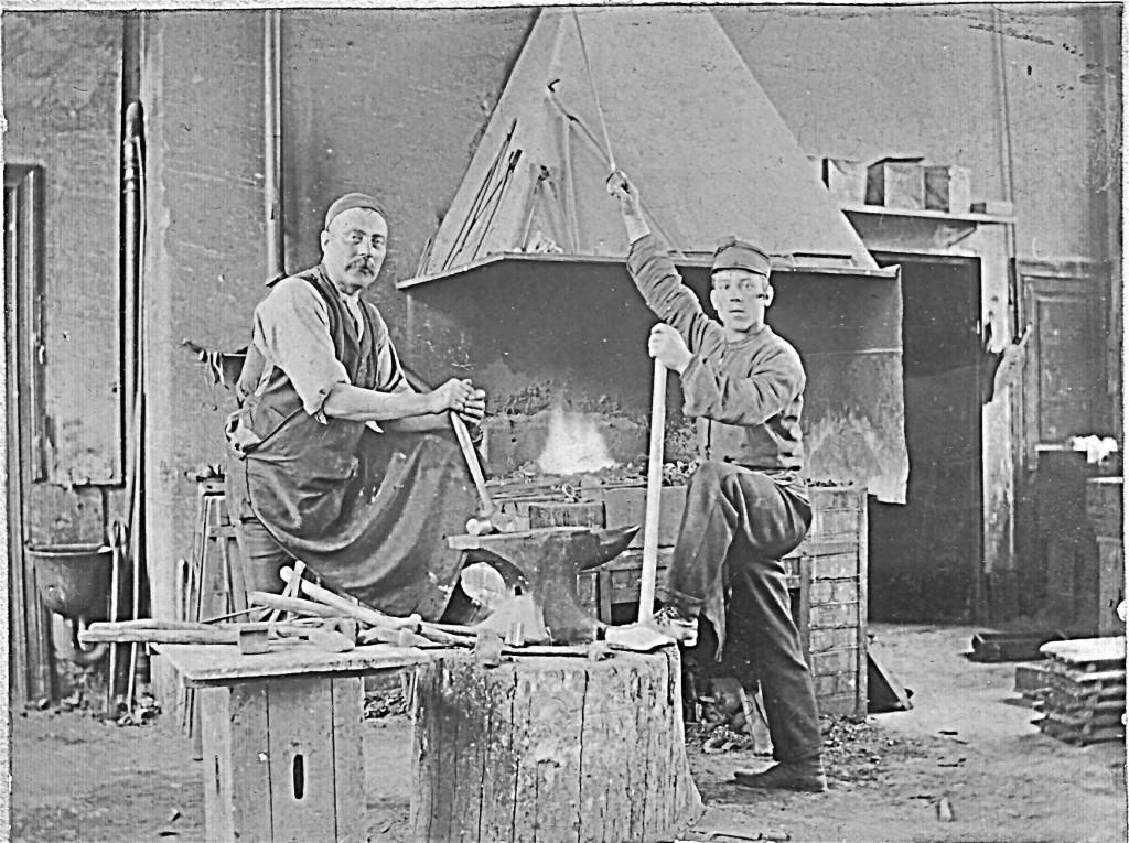 Smeder vid ässjan 1903. Foto hos Olle Meyer.