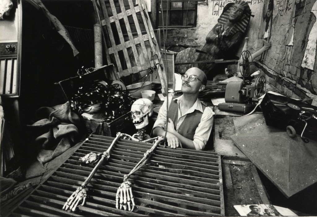I det stora verkstadsrummet, från kortfilmen Den Perforerade Epoken som handlar om ett arkeologisk utgrävning av Meyerateljéerna år 2060. Foto Carl Johan De Geer.