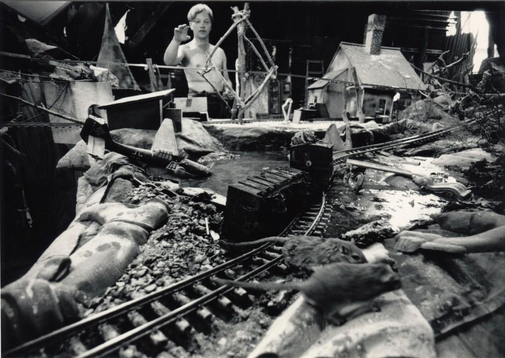 Scenografi till kortfilmen Råttresan. Bland råttor och tågräls syns även kvarlämnade gjutgrejer. Foto Carl Johan De Geer.